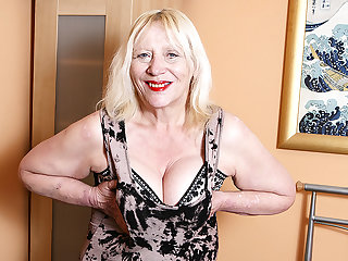 Raunchy British Housewife Bringing off With Her Hairy Snatch - MatureNL