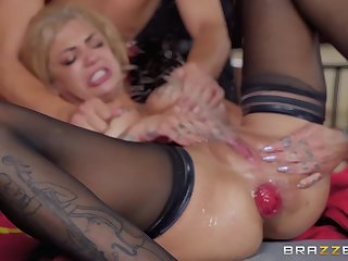 Double penetration for tattooed squirting whore Bonnie Rotten