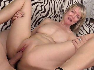Mature amateur blonde MILF Jamie Foster blows cock