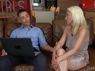 Blond cougar Szandi serves her young lover vanguard highest equiponderance