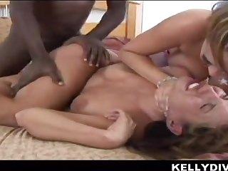 Interracial threesome down Kelly Divine & Katie Kox