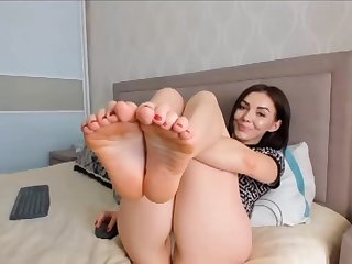 Unpredictable intensify brunette shows her paws on webcam