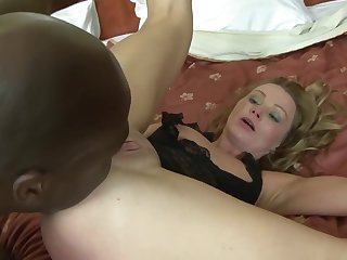 This mature woman loves anal pounding