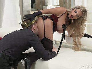 Kermis pornstar Mia Linz spreads her legs for deep anal sex